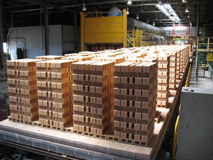 На двух производственных линиях Старооскольский завод выпускает кирпич соломенного цвета и цвета слоновой кости