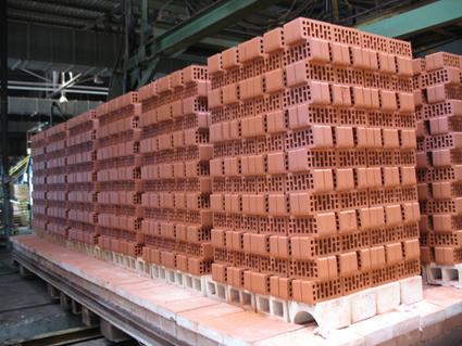Старооскольский завод выпускает лицевой кирпич. Сначала на первой, итальянской линии Е1 был налажен выпуск облицовочного кирпича красного цвета
