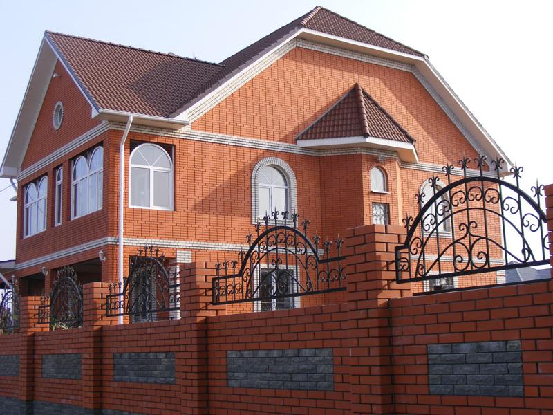 Дом из красного одинарного Старооскольского кирпича, насыщенный классический красный цвет Старооскольского кирпича будет радовать глаз своей яркостью всё время, ведь это проверено временем.
