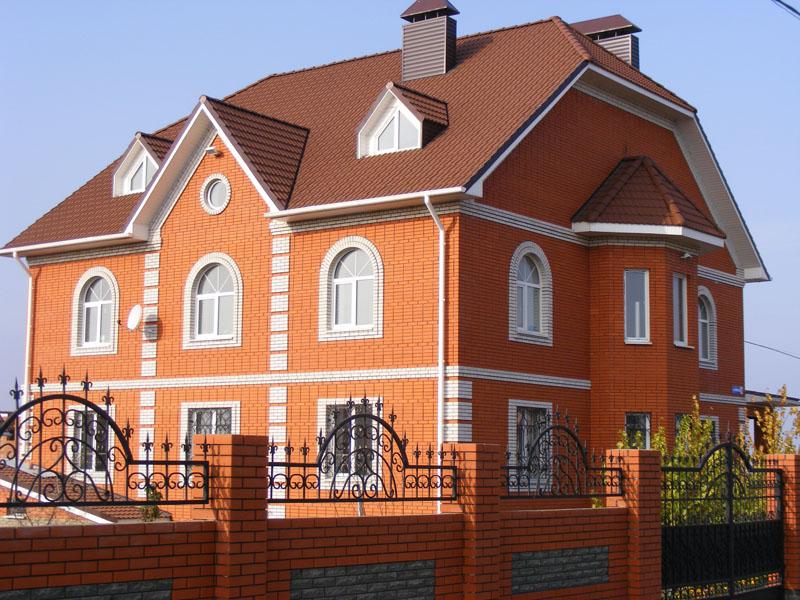 Дом из красного одинарного облицовочного кирпича, насыщенный классический красный цвет Старооскольского кирпича будет радовать глаз своей яркостью всё время, ведь это проверено временем.