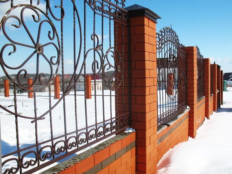 Забор из красного полуторного облицовочного Старооскольского кирпича с вставками из кирпича цвета мокко, насыщенный классический красный цвет Старооскольского кирпича будет радовать глаз своей яркостью всё время, ведь это проверено временем. Оскольский завод по производству керамического облицовочного кирпича начал свою историю  в 1989 году, а  уже к 1991 году благодаря своим отличным характеристикам продукция завода получила признание у строителей  и прочно удерживает свои позиции по сей день.